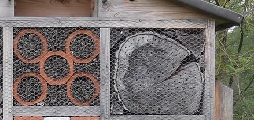 Insektenhaus Halme und Stirnholz