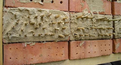 Lochziegel mit Lehm und Halmen